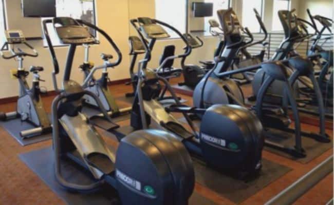 bicicleta elíptica que hay en los gimnasios